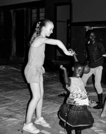 Thea og Zamda danser